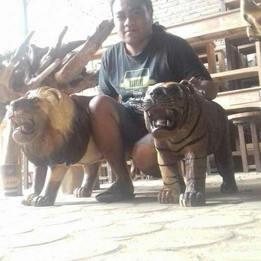 Patung singa kayu