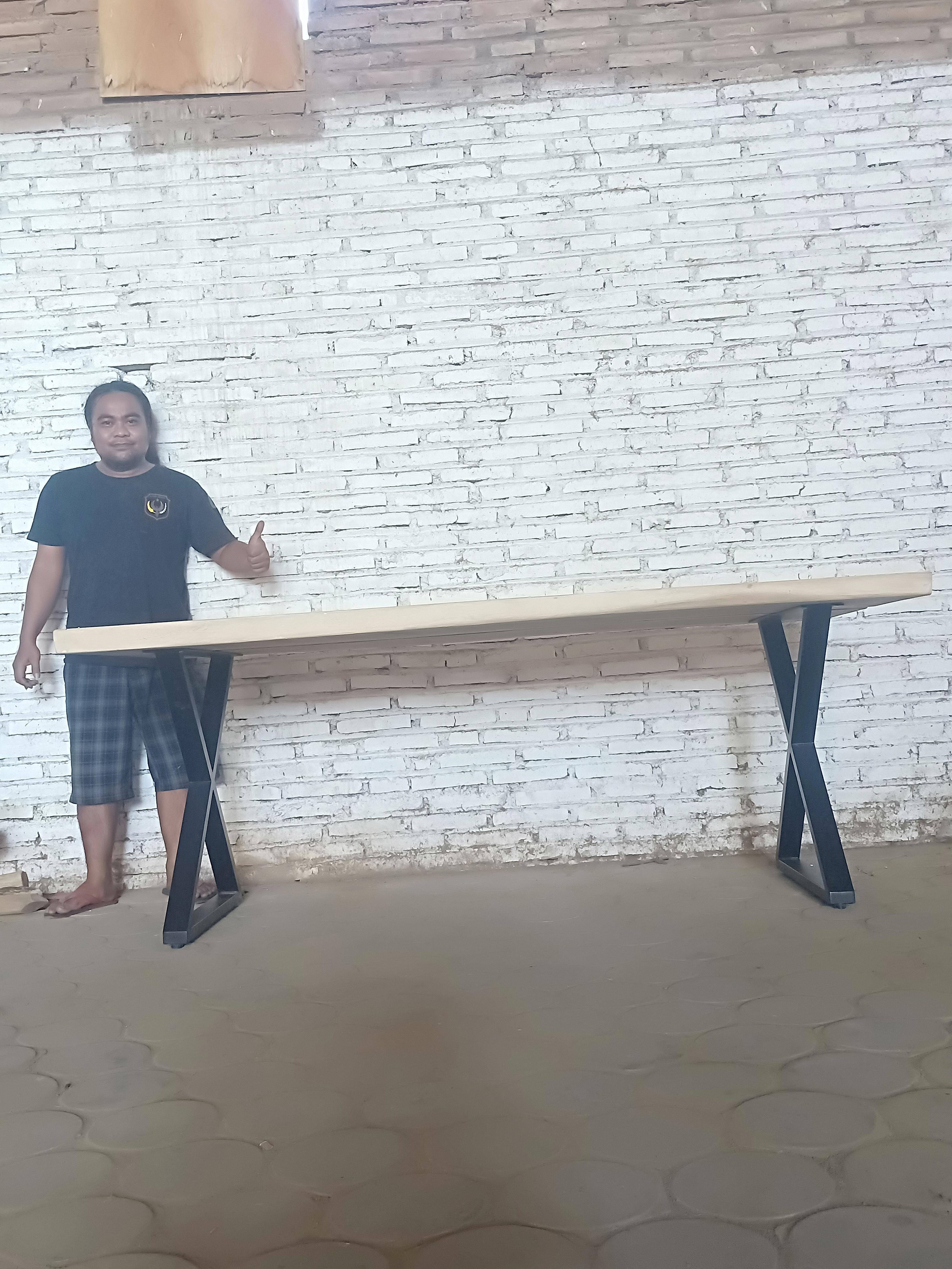 Meja makan trembesi