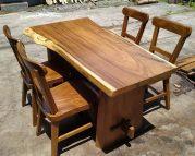 Meja makan kayu solid